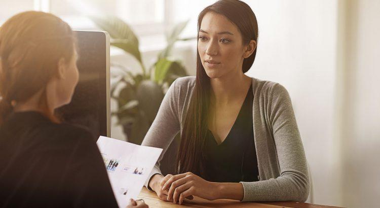 recrutadora entrevistando candidata