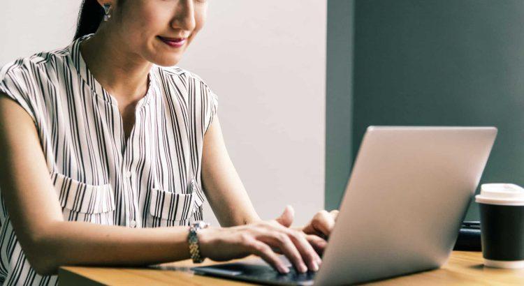 recrutadora usando o computador