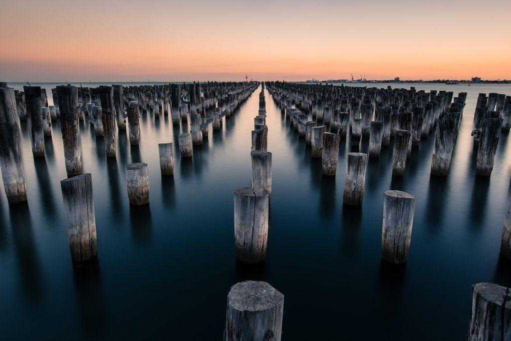 pilares de madeira na água
