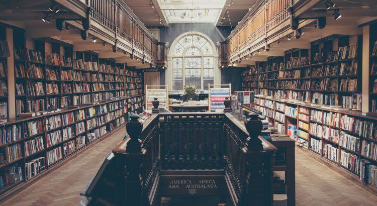 biblioteca com muitas estantes