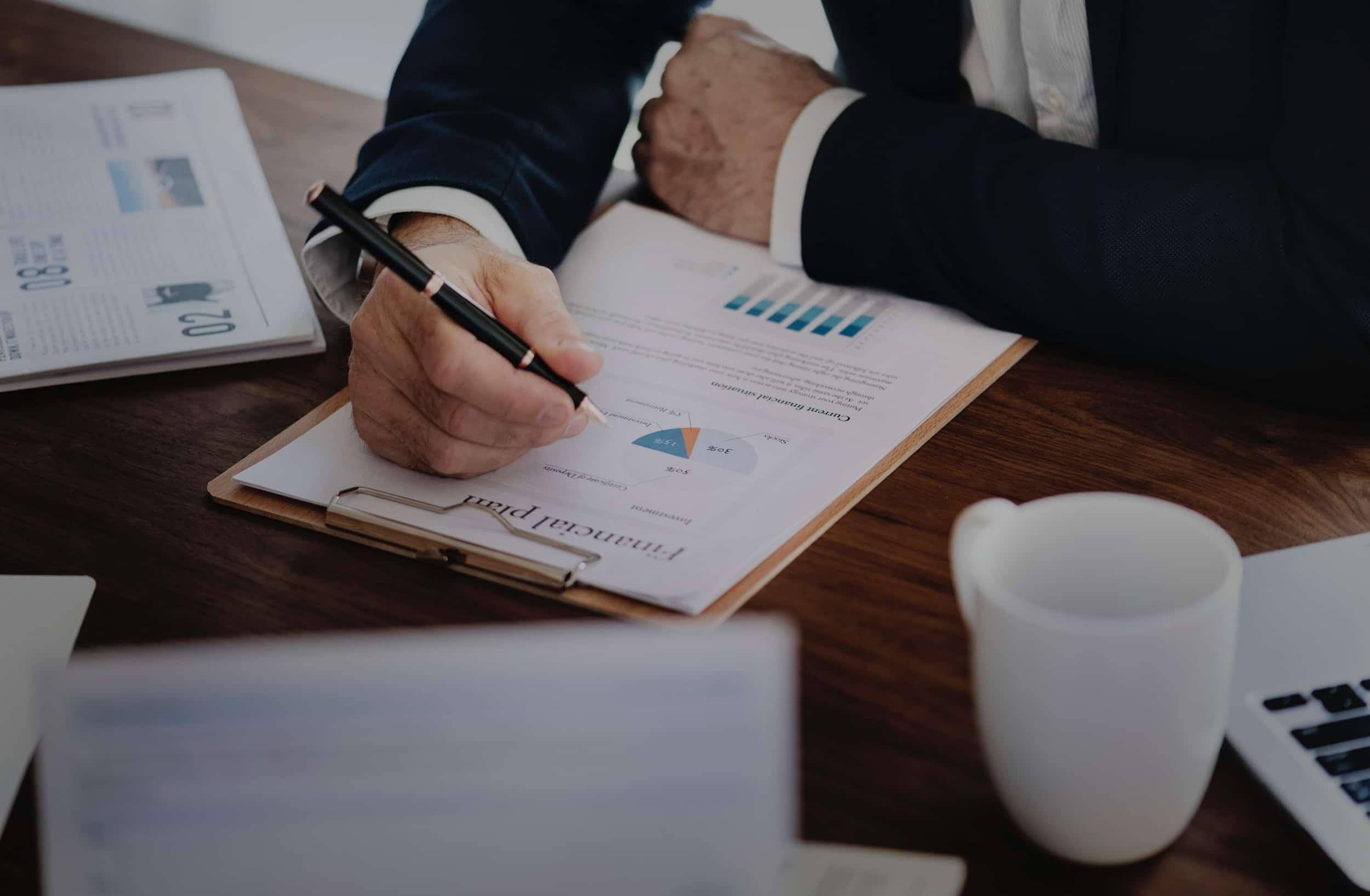 empresário conferindo relatórios