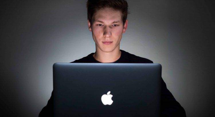 programador usando um imac