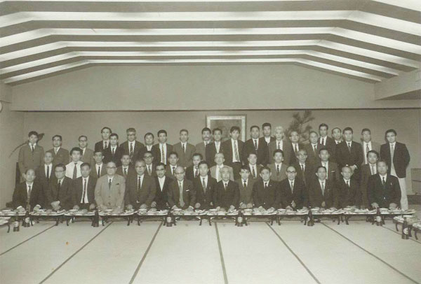 The official opening ceremony party of the Nihonto Tanren Dojo. Front row; 4 th from left Honami Kohaku, 7 th Dr Sato Kanzan, Yoshindo, Kunzan Homma, Shoji. Back row 11 th from right Nobuo Ogasawara