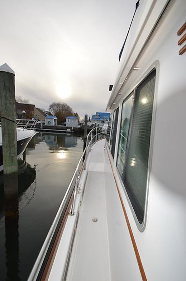 Side Walkway - 42 SABRE YACHTS For Sale