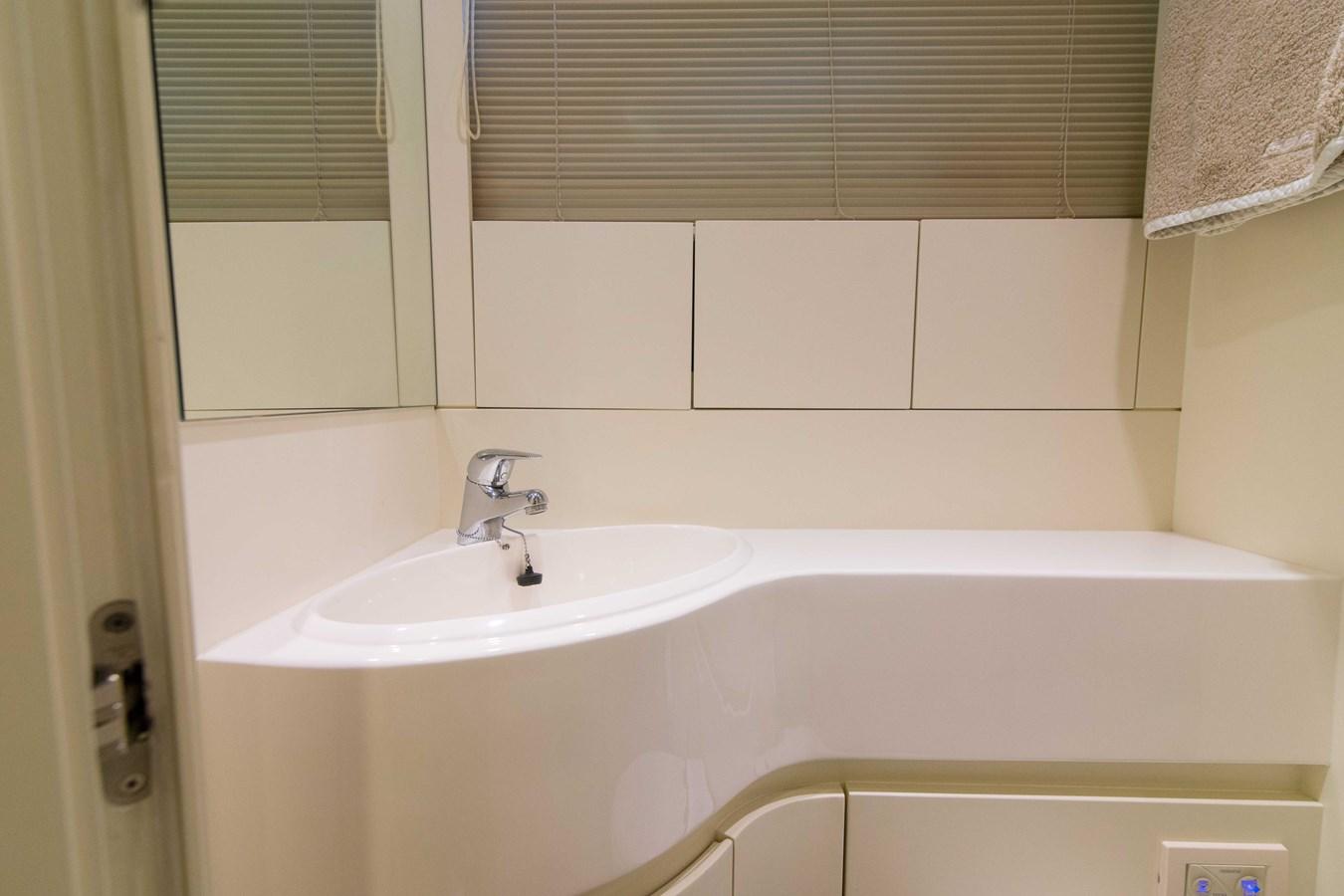 80 Pershing Crew Bath - 80 PERSHING For Sale
