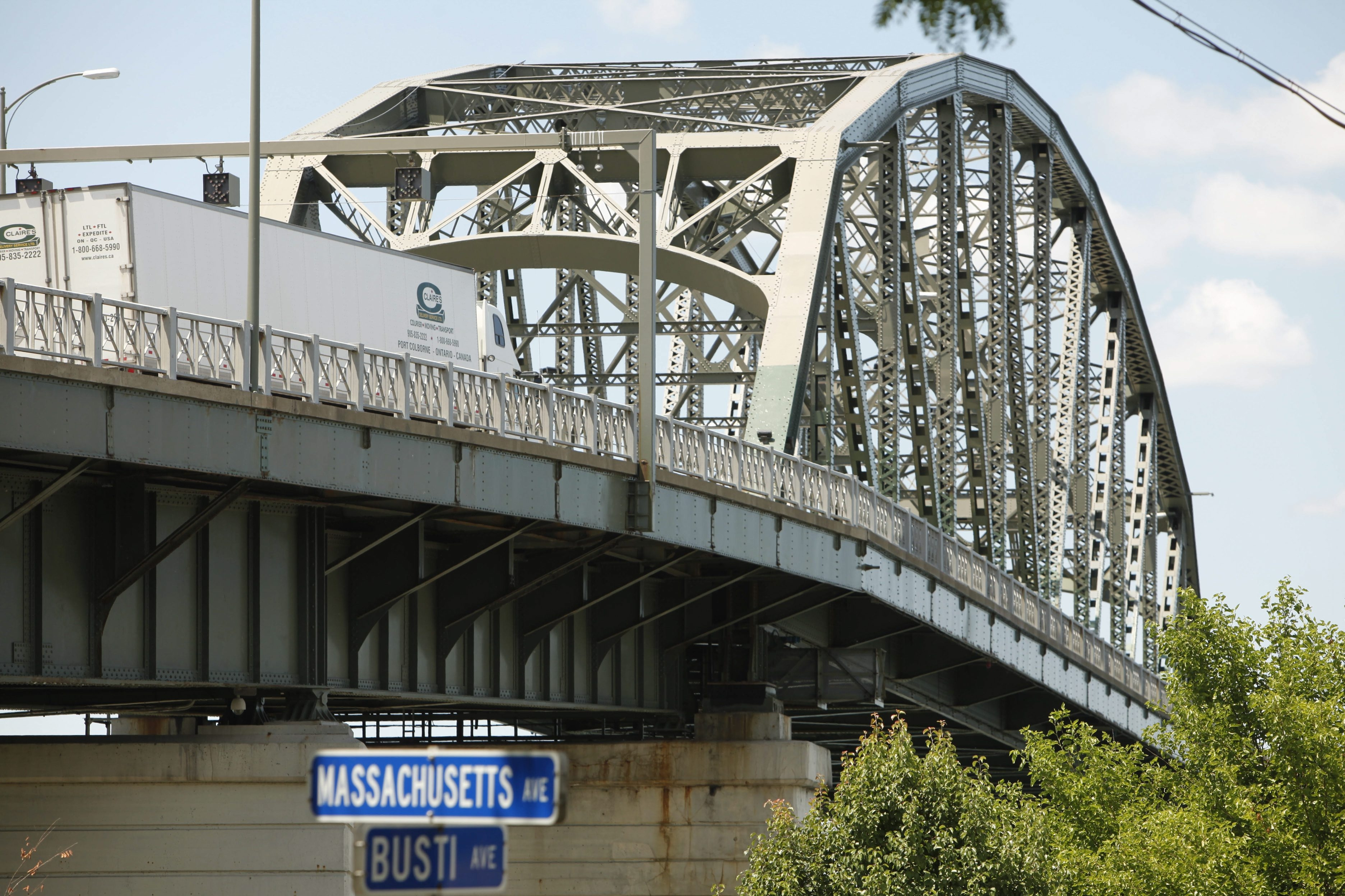Both parties in Peace Bridge dispute should lower the volume. (Derek Gee/Buffalo News file photo)