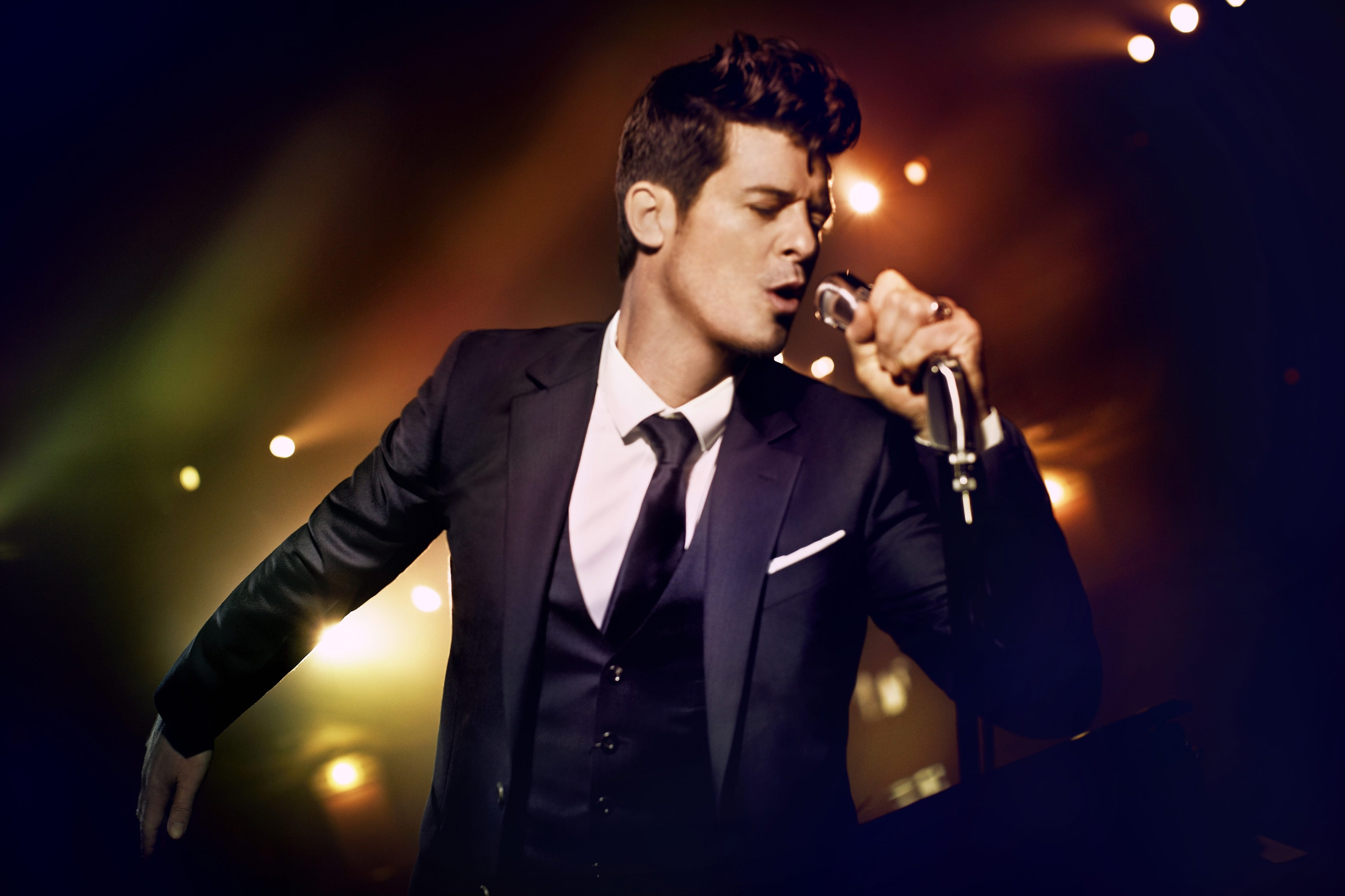 """Robin Thicke offers a consistently affable pop confection in """"Blurred Lines."""""""