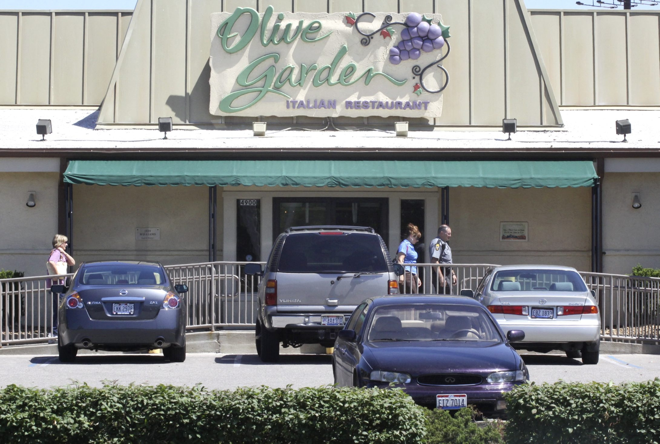 An Olive Garden restaurant sits in Cincinnati, Ohio, U.S., on Tuesday, June 23, 2009. Darden Restaurants Inc., operator of the Olive Garden, is the world's largest company-owned and operated casual dining company with almost $6.7 billion in annual sales and approximately 180,000 employees. Photographer: Tom Uhlman/Bloomberg News