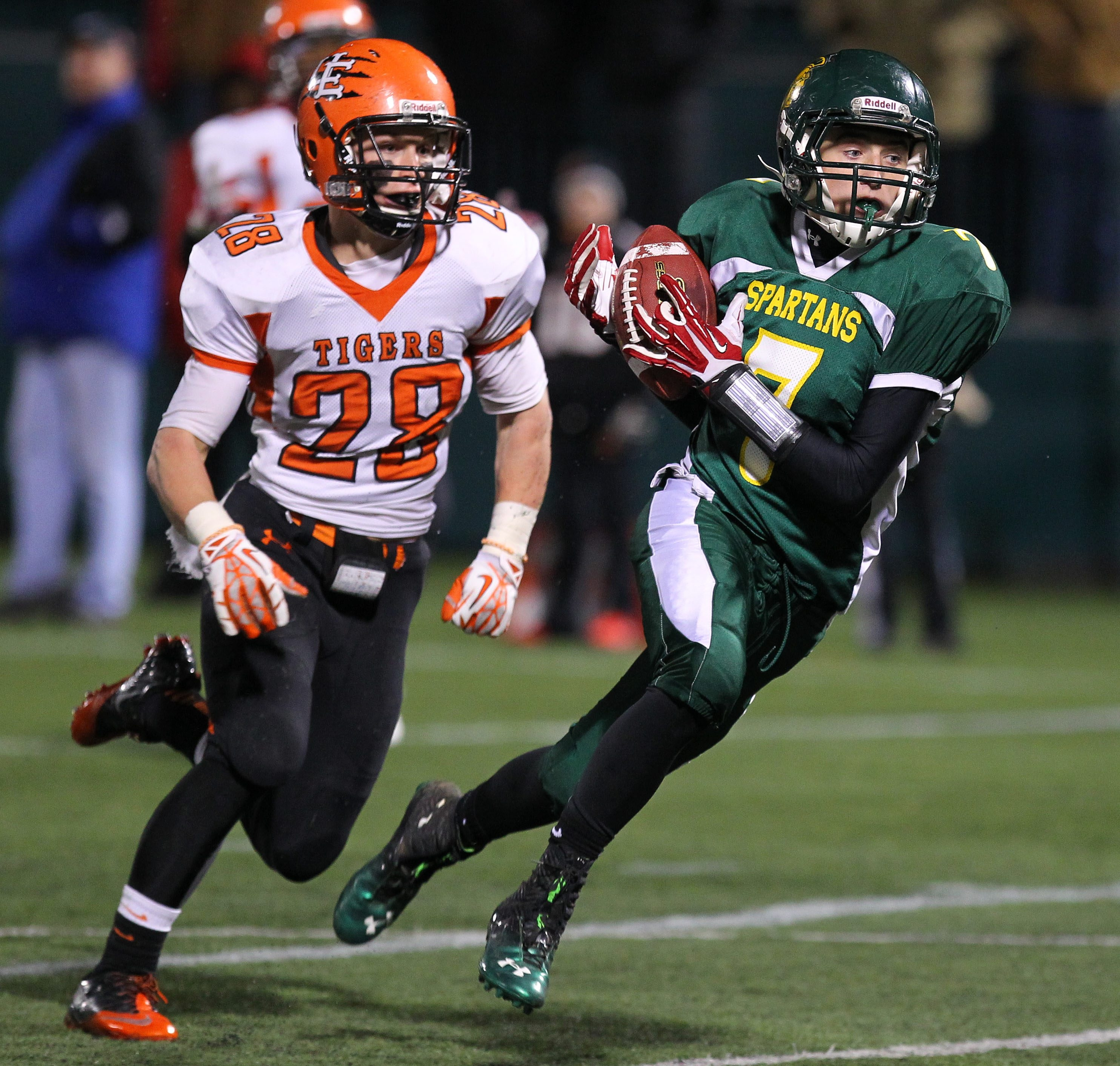 Zac Kelly makes a touchdown catch ahead of Union-Endicott's Drew Hogan during Williamsville North's 27-14 victory last week in the Class A state semifinals.