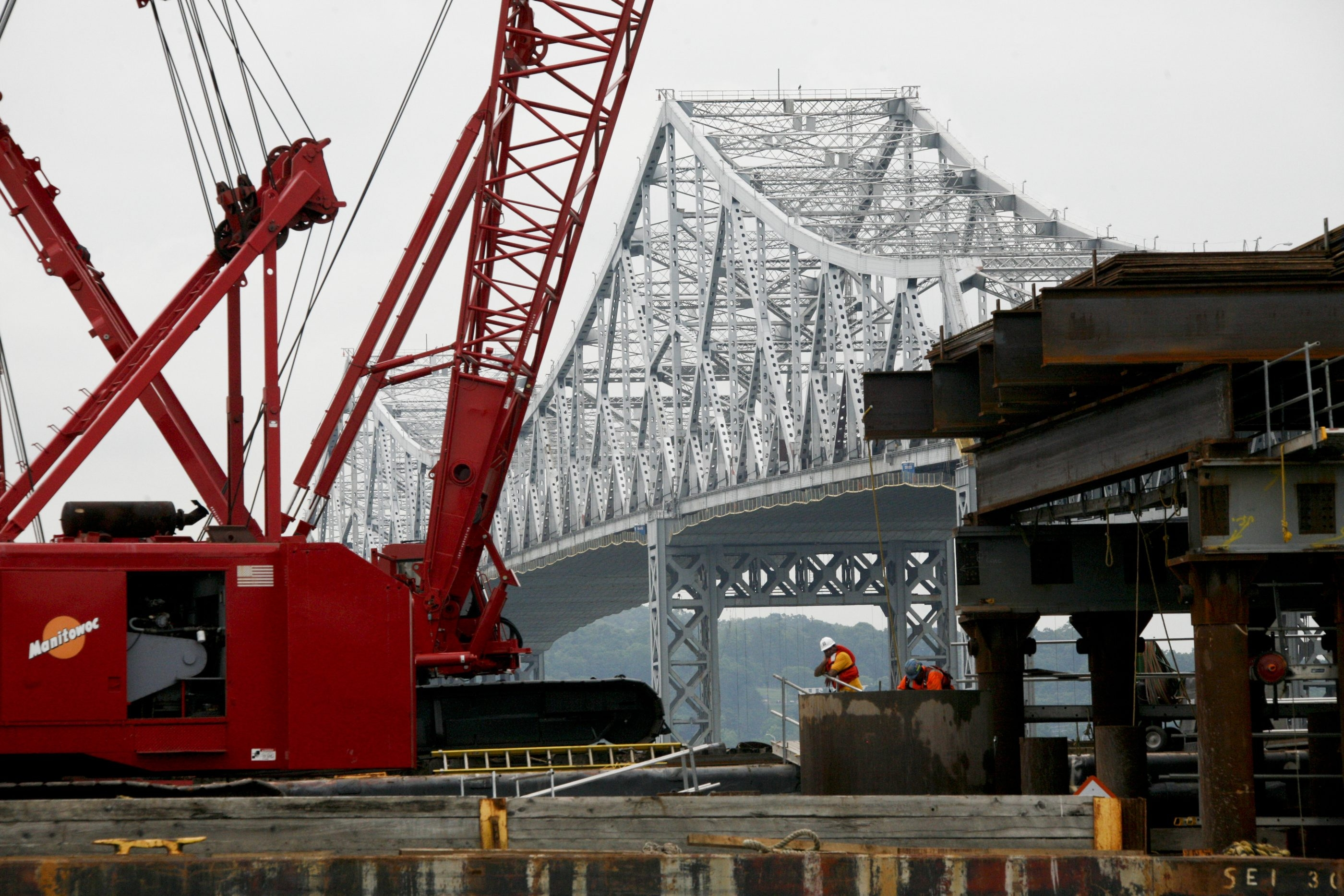 Moody's says the Thruway Authority might not raise tolls fast enough to cover cost of the Tappan Zee Bridge project .