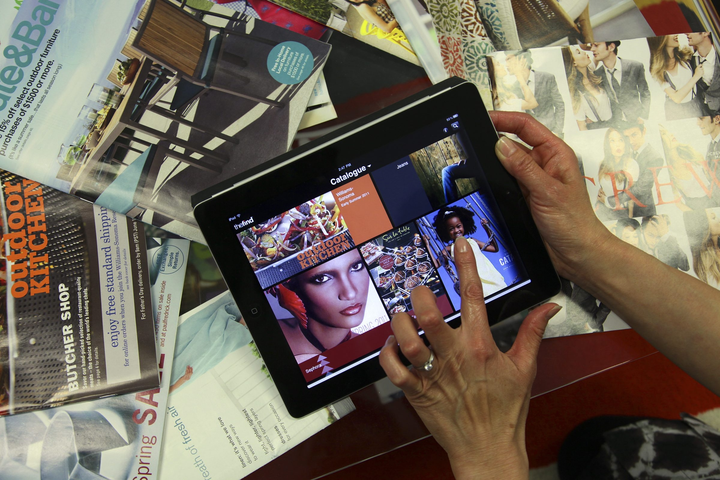 Retailers think they've found a way to give online shopping more of the feel of a trip to the mall or time with a catalog, by creating apps for tablet computers that resemble magazines.