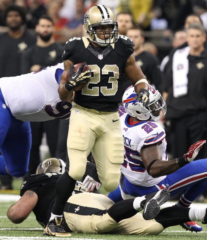 New Orleans running back Pierre Thomas  runs for a first down after getting past Buffalo strong safety Da'Norris Searcy (25) in the second quarter. (James P. McCoy/Buffalo News)