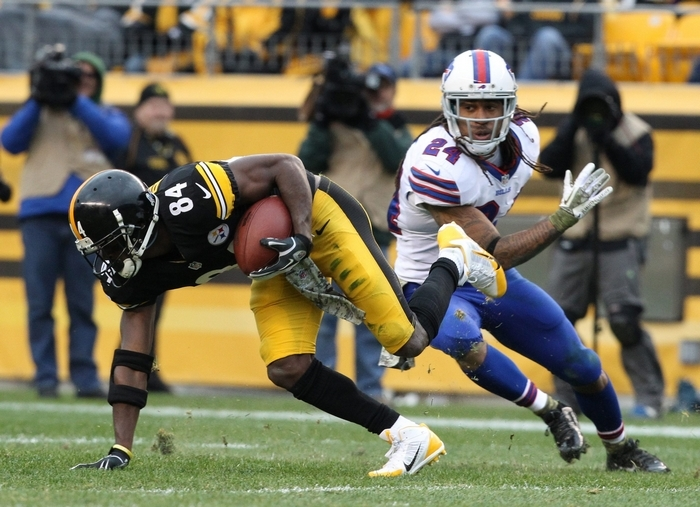 Pittsburgh Steelers wide receiver Antonio Brown slips past Buffalo Bills cornerback Stephon Gilmore (24) for a first down in the third quarter. (James P. McCoy/Buffalo News)