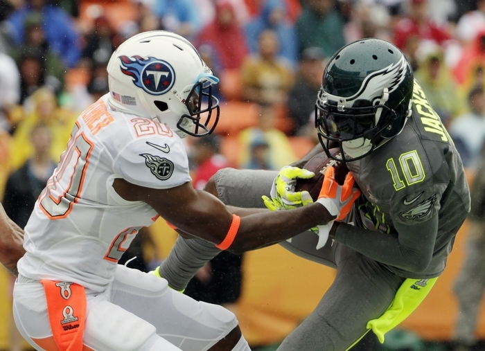 The Eagles' DeSean Jackson of Team Sanders, right, makes a catch for a touchdown over Titans cornerback Alterraun Verner of Team Rice in the Pro Bowl. Team Rice beat Team Sanders, 22-21. (Assocated Press)