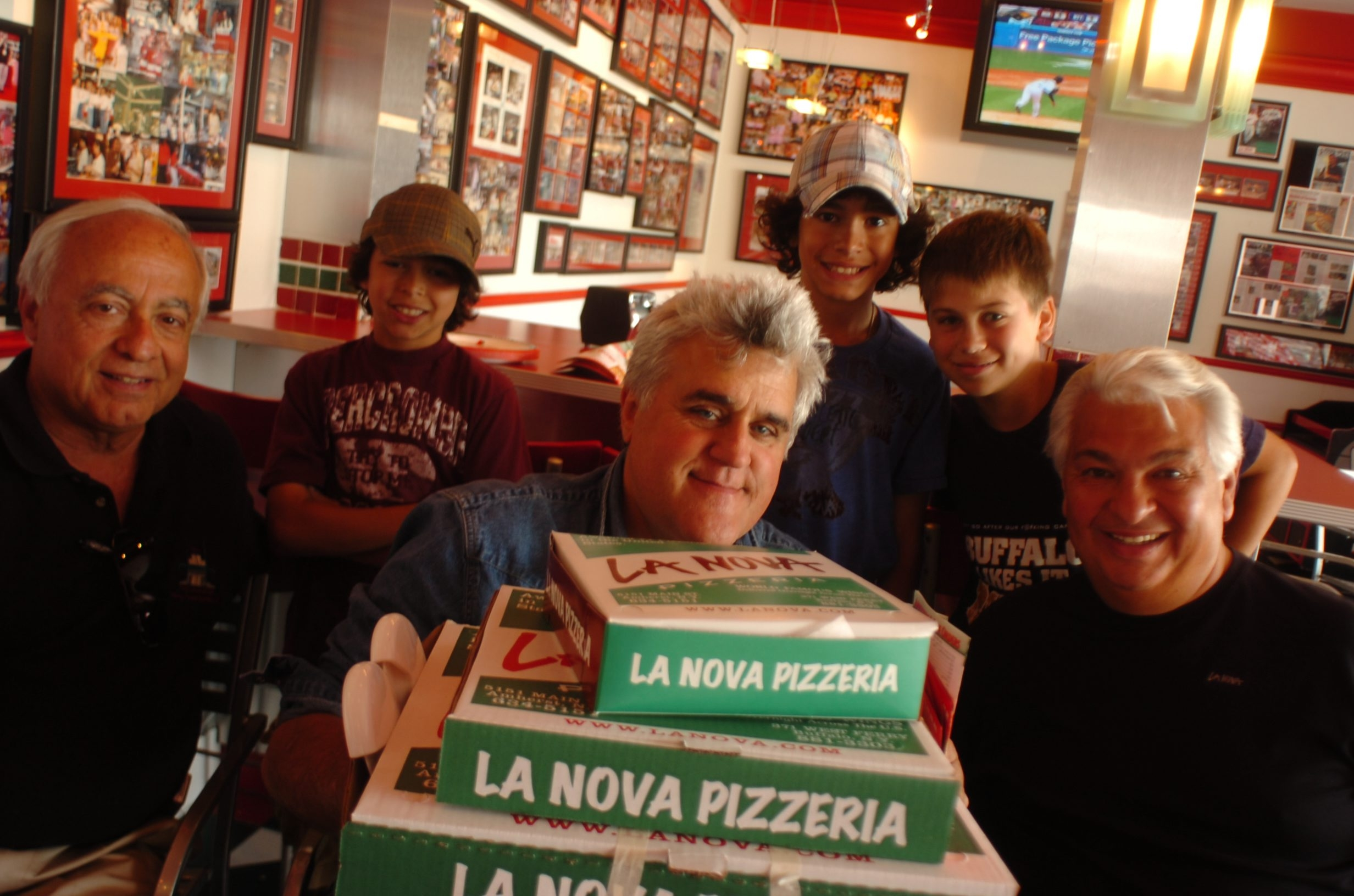 Jay Leno, up to his chin in pizza and wings, enjoys July 2007 visit to La Nova Pizzeria.