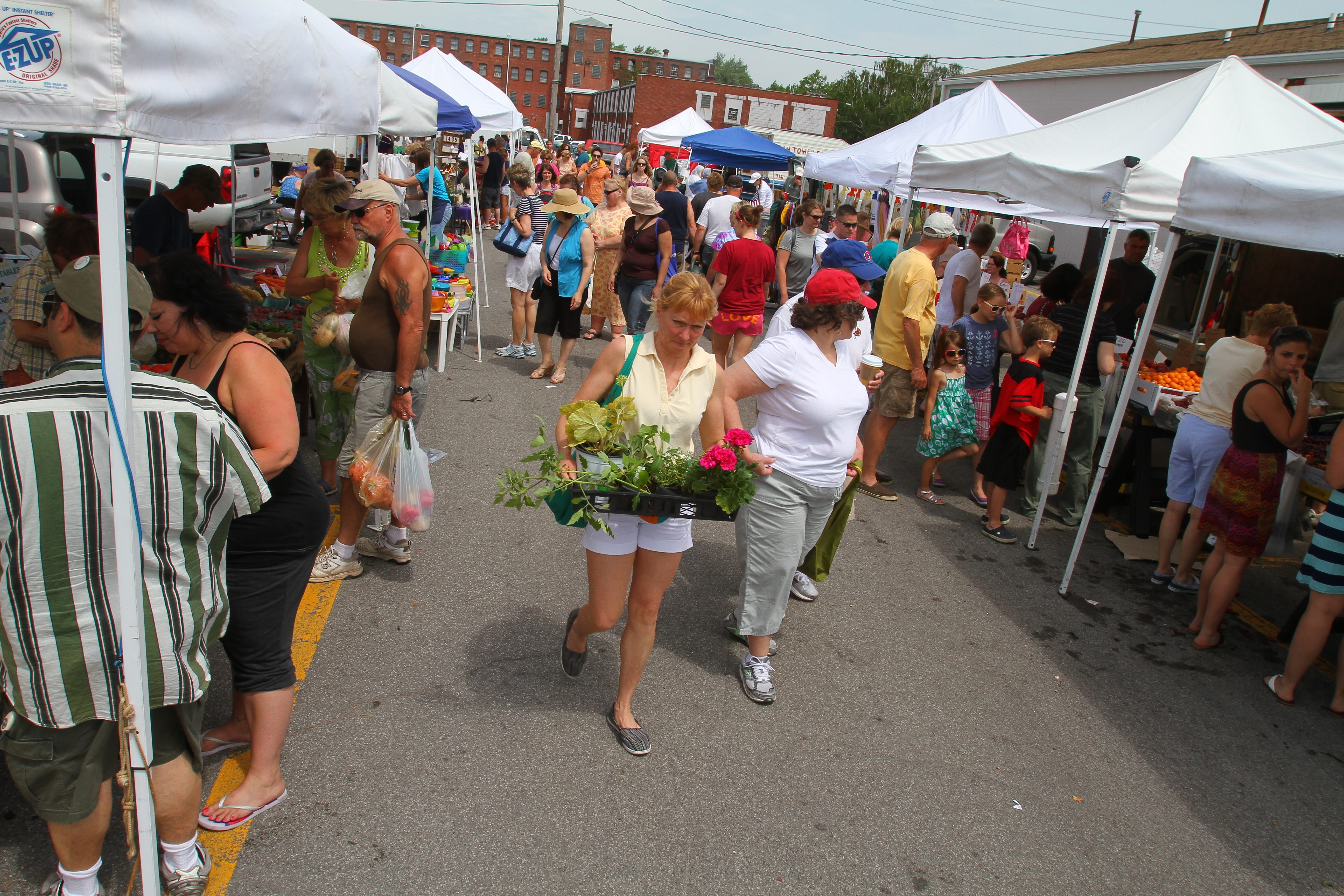 A new initiative seeks to teach healthy cooking using fresh ingredients, such as those found at farmers' markets.