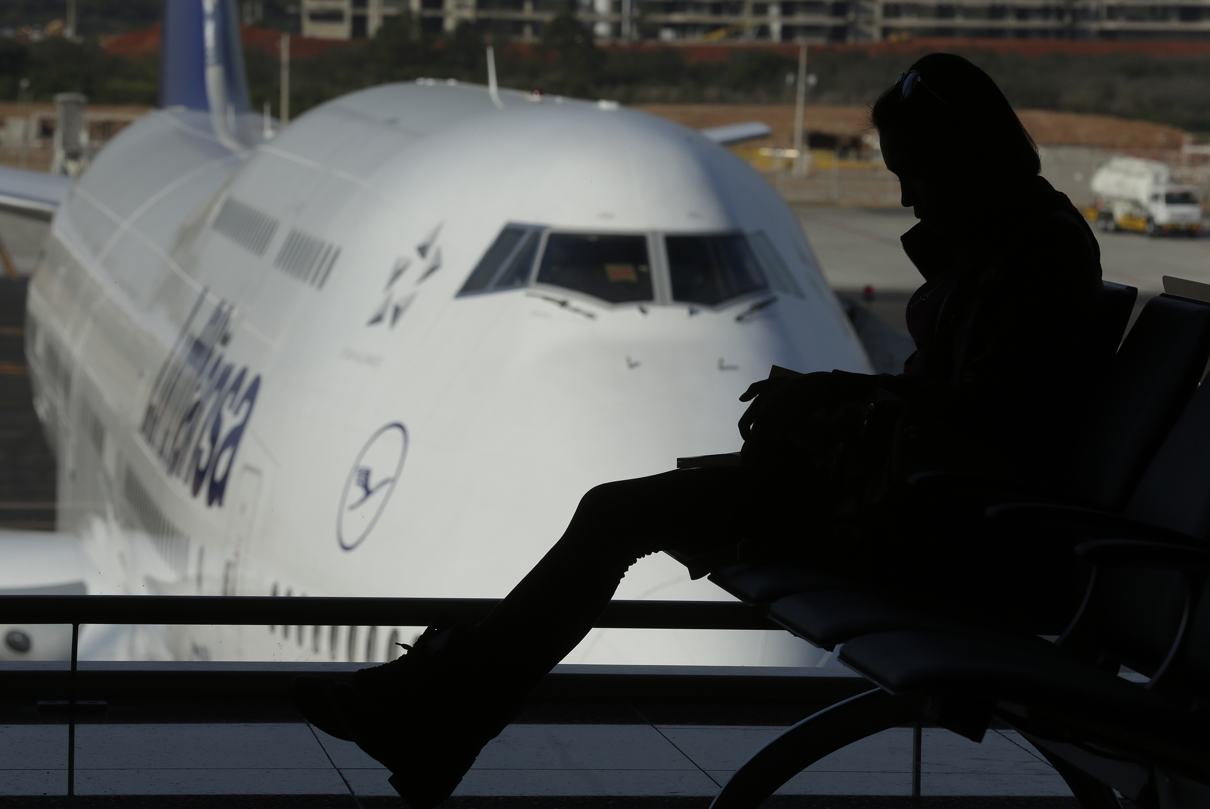 Women should use common sense when trying to minimize risk while traveling alone.