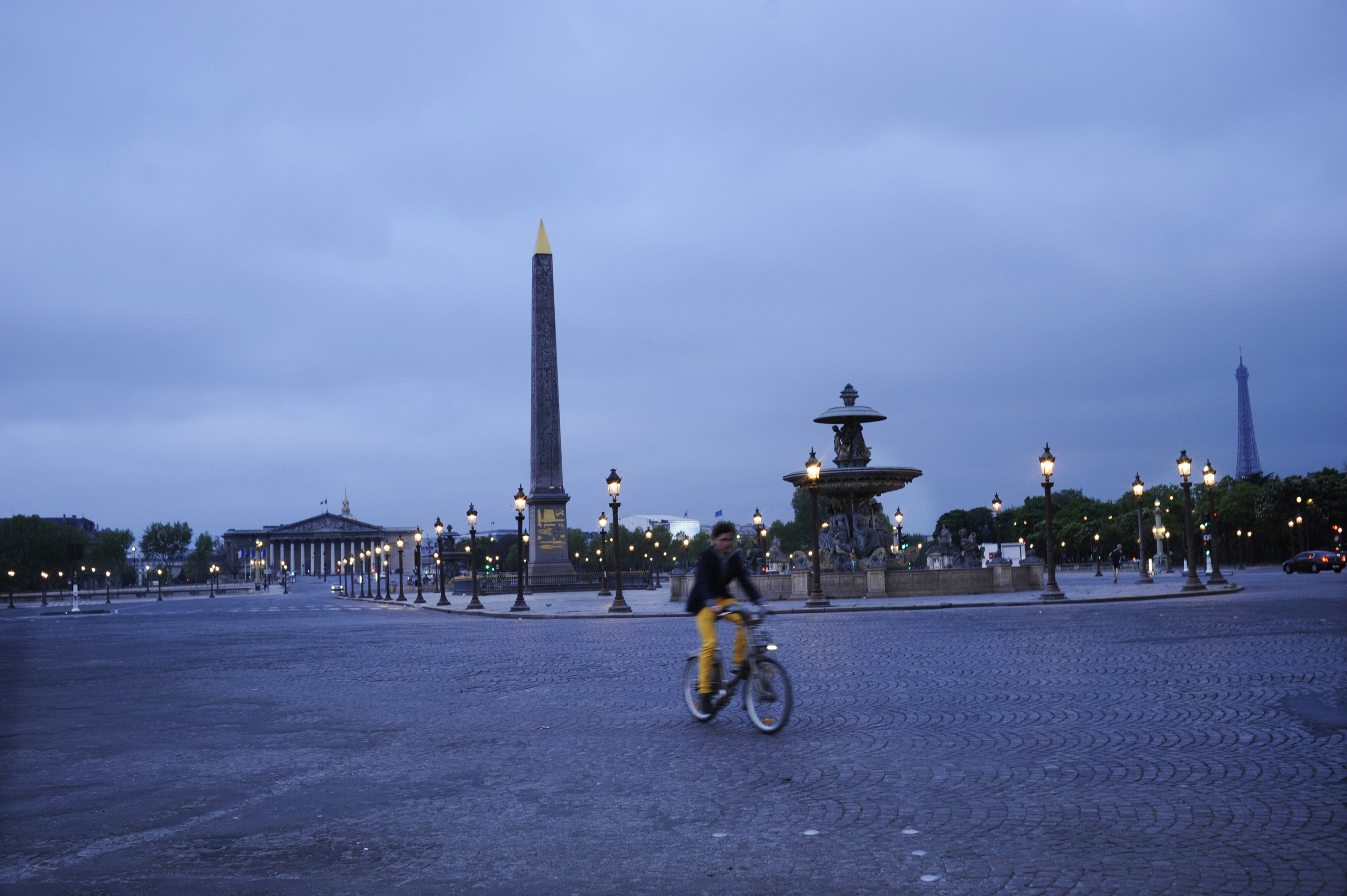 A bicyclist at the Place de la Concorde at dawn in Paris, April 13, 2014. When traveling alone in Paris, one can become acutely aware of innumerable sensual details that can otherwise be diluted, even missed, when chattering with someone or collaborating on an itinerary. (Agnes Dherbeys/The New York Times) — PHOTO MOVED IN ADVANCE AND NOT FOR USE – ONLINE OR IN PRINT – BEFORE MAY 04, 2014. —