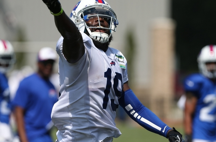 Bills wide receiver Mike Williams makes a spectacular one-handed catch during Sunday's practice. (James P. McCoy/Buffalo News)