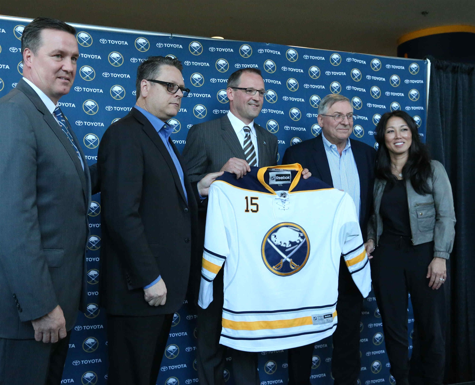 Dan Bylsma gets a ceremonial jersey from Ted Black, Tim Murray and Terry and Kim Pegula (James P. McCoy/Buffalo News)
