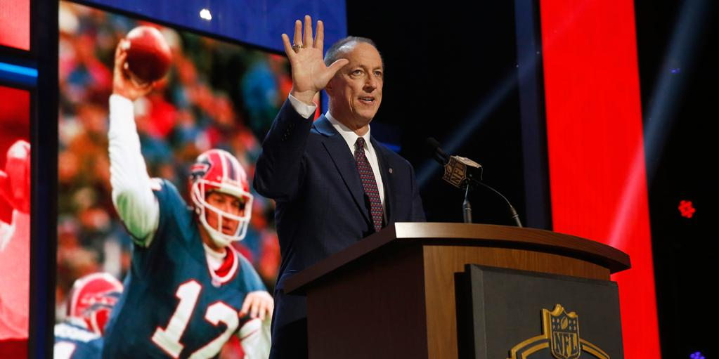 Jim Kelly acknowledges the crowd during the NFL Draft. (@nfl photo)