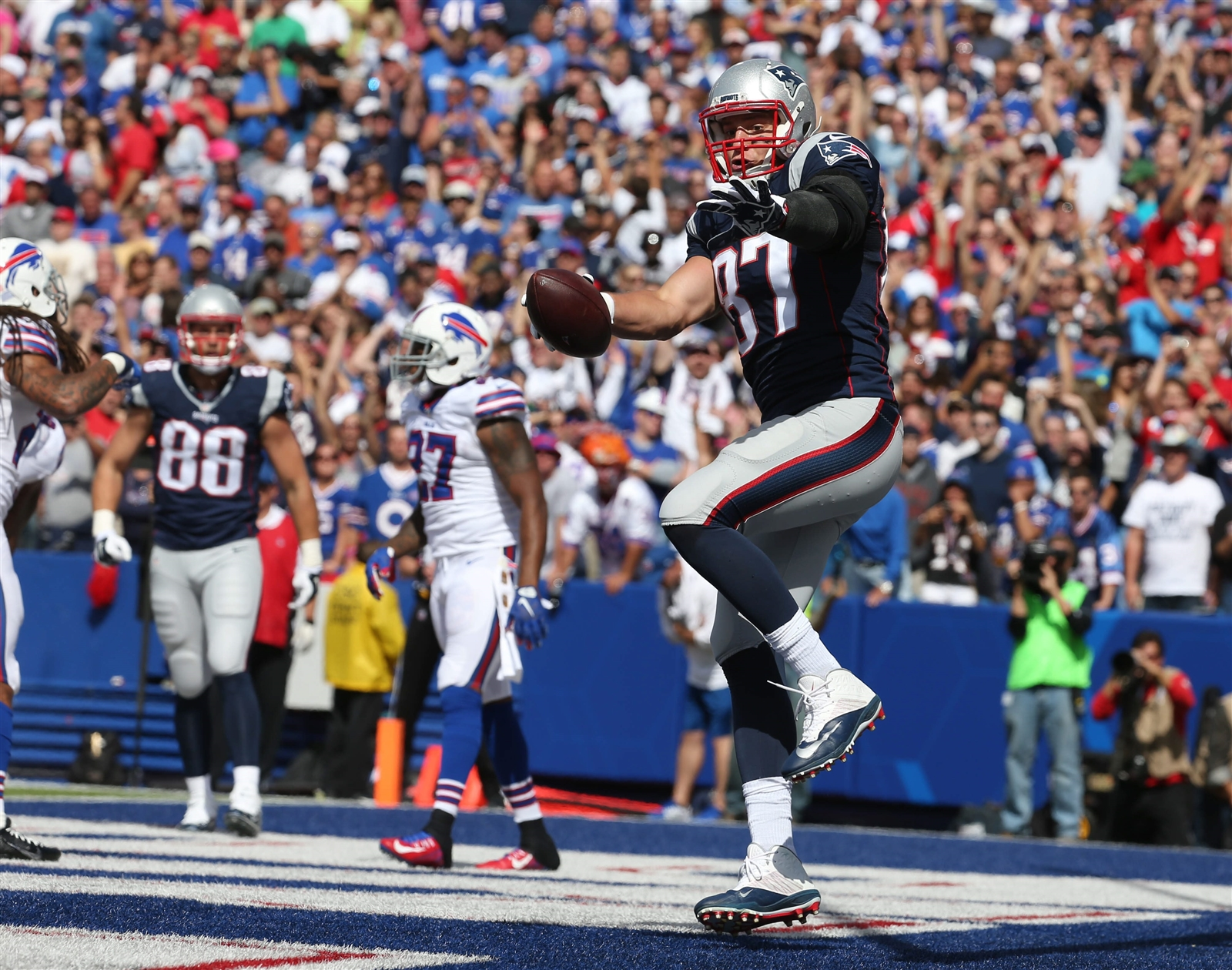 Rob Gronkowski gears up for a big spike in the first quarter. (Buffalo News)