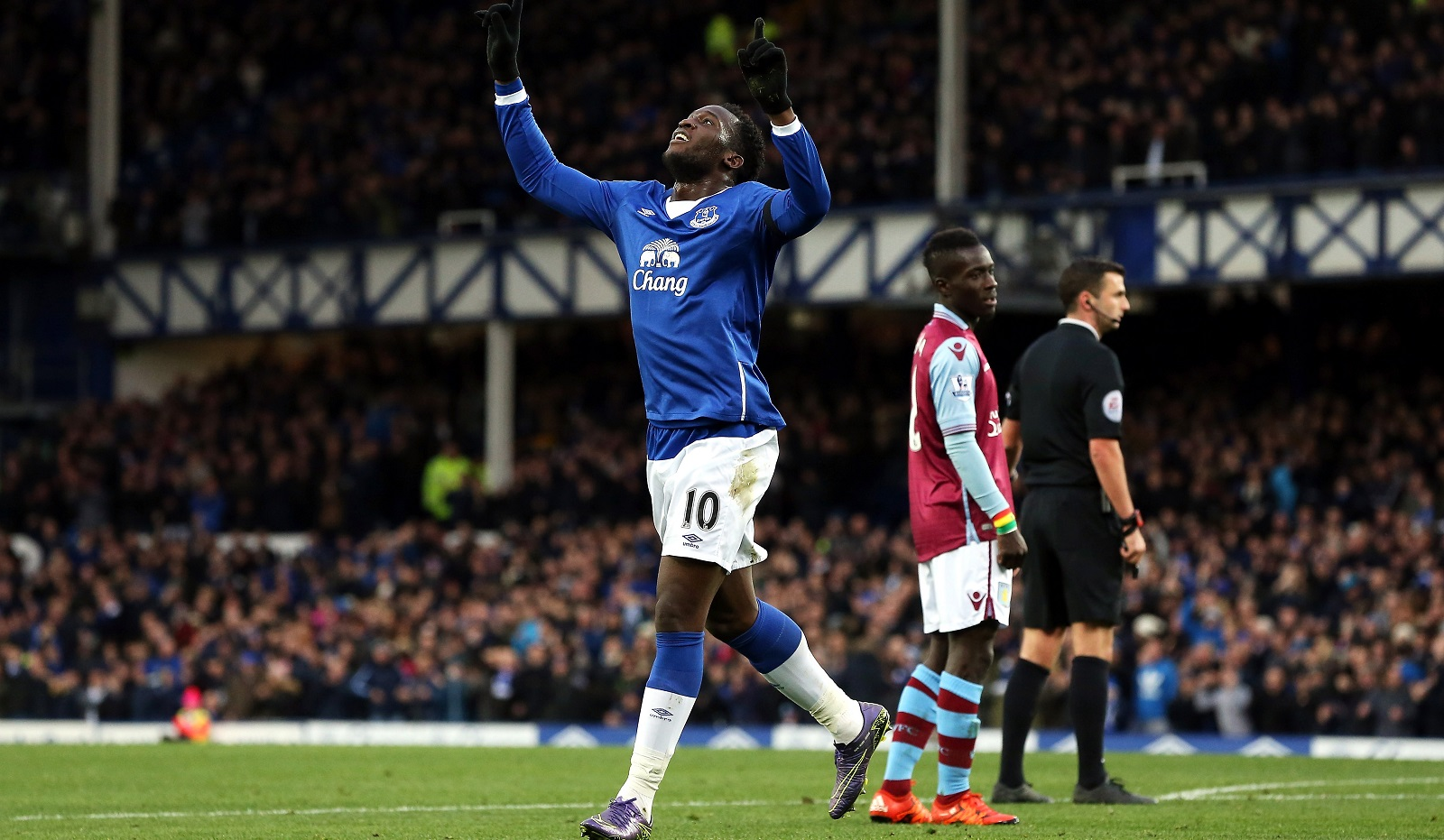 In-form striker Romelu Lukaku, left, leads Everton against Crystal Palace on Monday. (Getty Images)