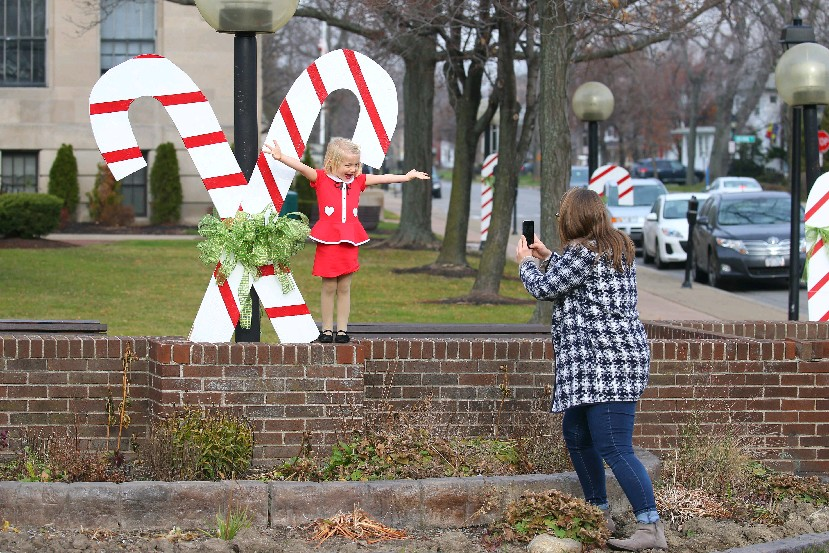 Tina Anderson and her 3-year-old daughter Cecelia Kress take Christmas photos at the Tonawanda Municipal Building, in Kenmore, on one of December's recently mild days. (John Hickey/Buffalo News)