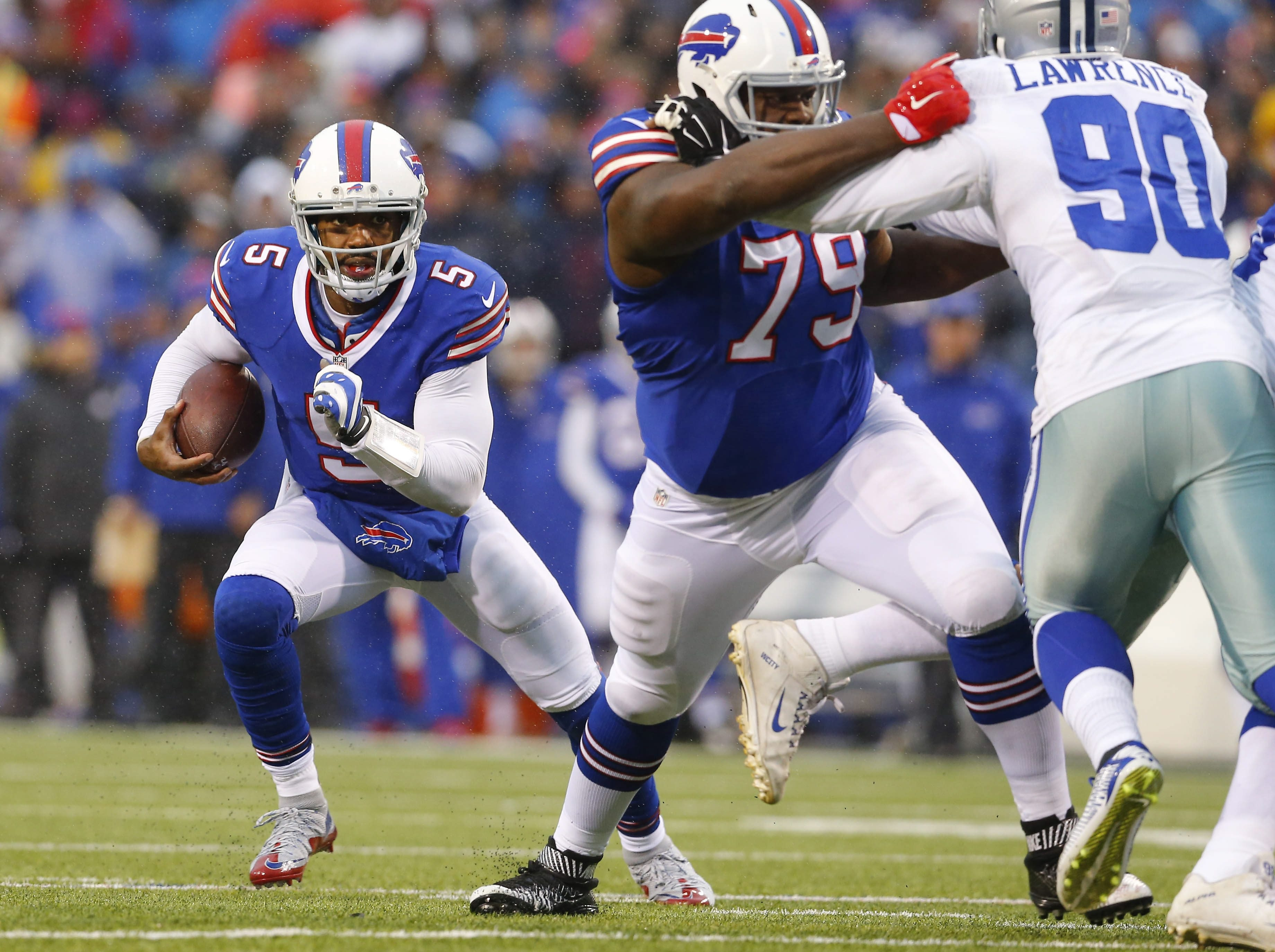 The Bills' Tyrod Taylor makes a run in the second quarter of the game in Orchard Park Sunday, December 27, 2015.  ()