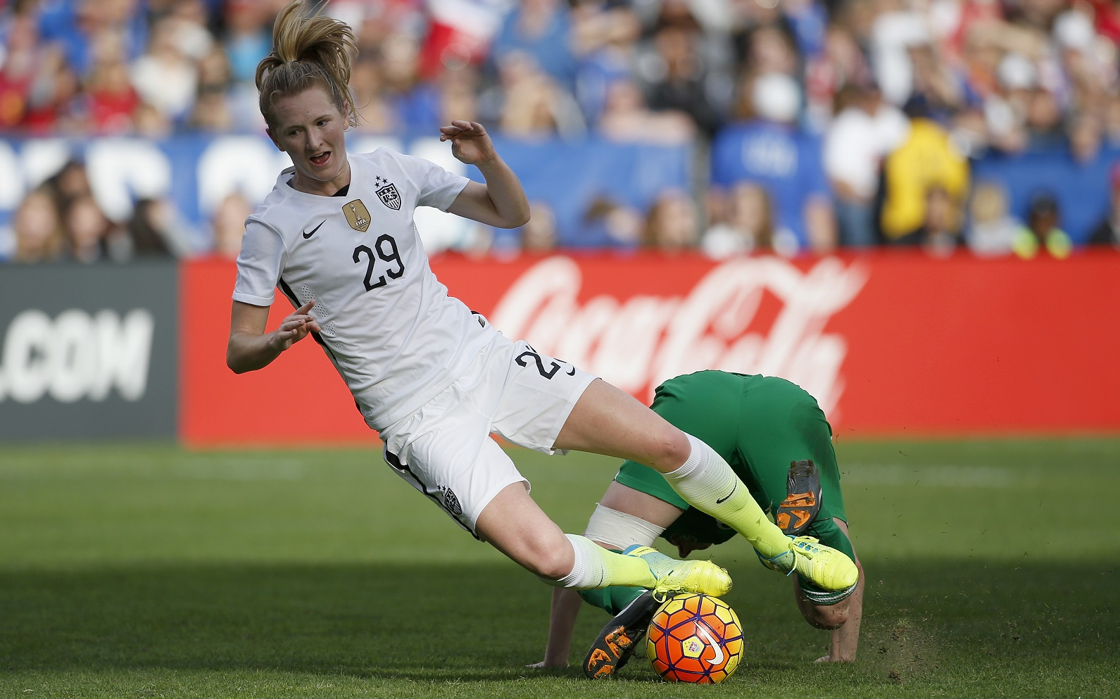 Samantha Mewis, No. 29 in white, will lead the charge for the WNY Flash in 2016. (Getty Images)