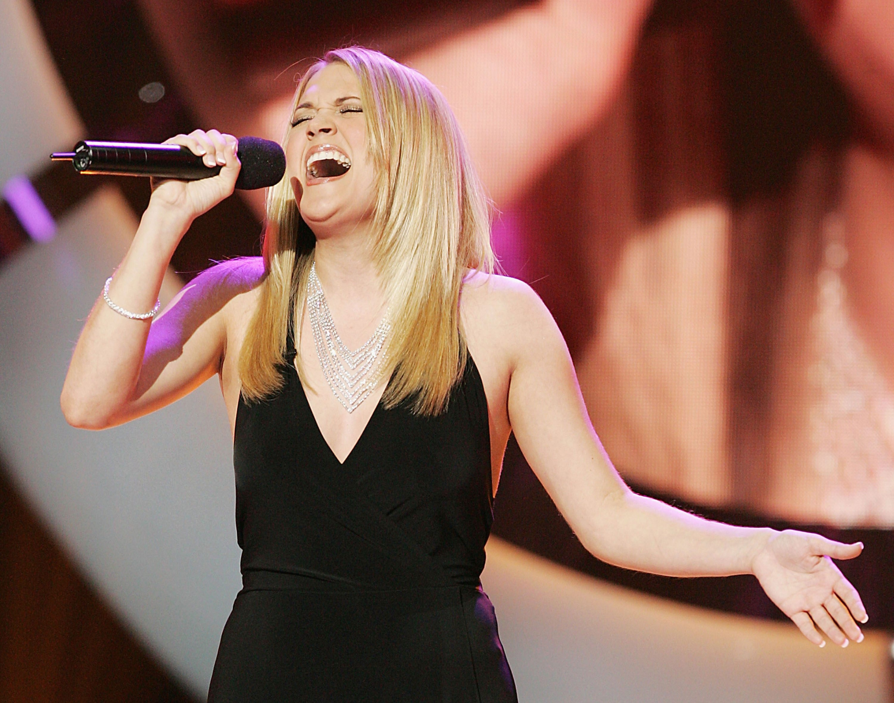 LOS ANGELES - MAY 24:  Finalist Carrie Underwood sings at the 'American Idol' final performance show at the Kodak Theatre on May 24, 2005 in Los Angeles, California. (Photo by Kevin Winter/Getty Images) *** Local Caption *** Carrie Underwood *** Local Caption *** Carrie Underwood