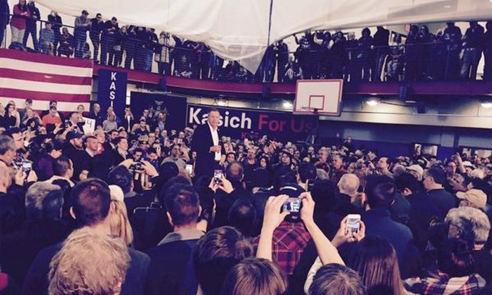 A crowd of about 1,500 people greeted Ohio Gov. John Kasich in a campaign appearance outside Rochester on Saturday.
