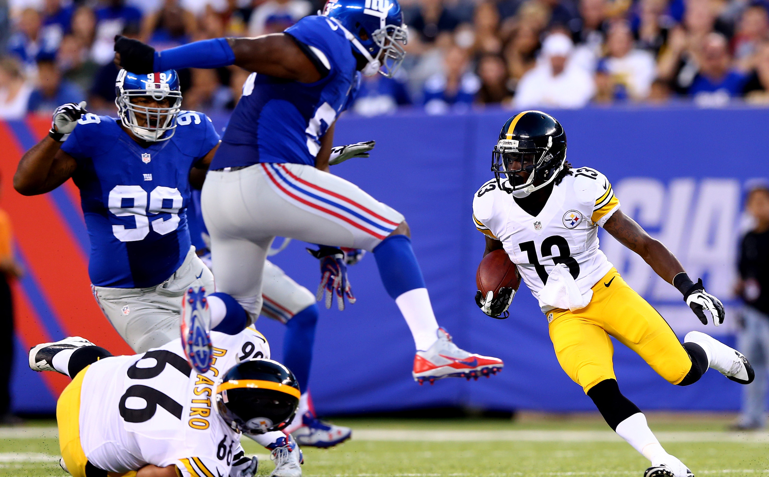 EAST RUTHERFORD, NJ - AUGUST 09:  Running back Dri Archer #13 of the Pittsburgh Steelers carries the ball against the New York Giants during a preseason game at MetLife Stadium on August 9, 2014 in East Rutherford, New Jersey.  (Photo by Elsa/Getty Images)