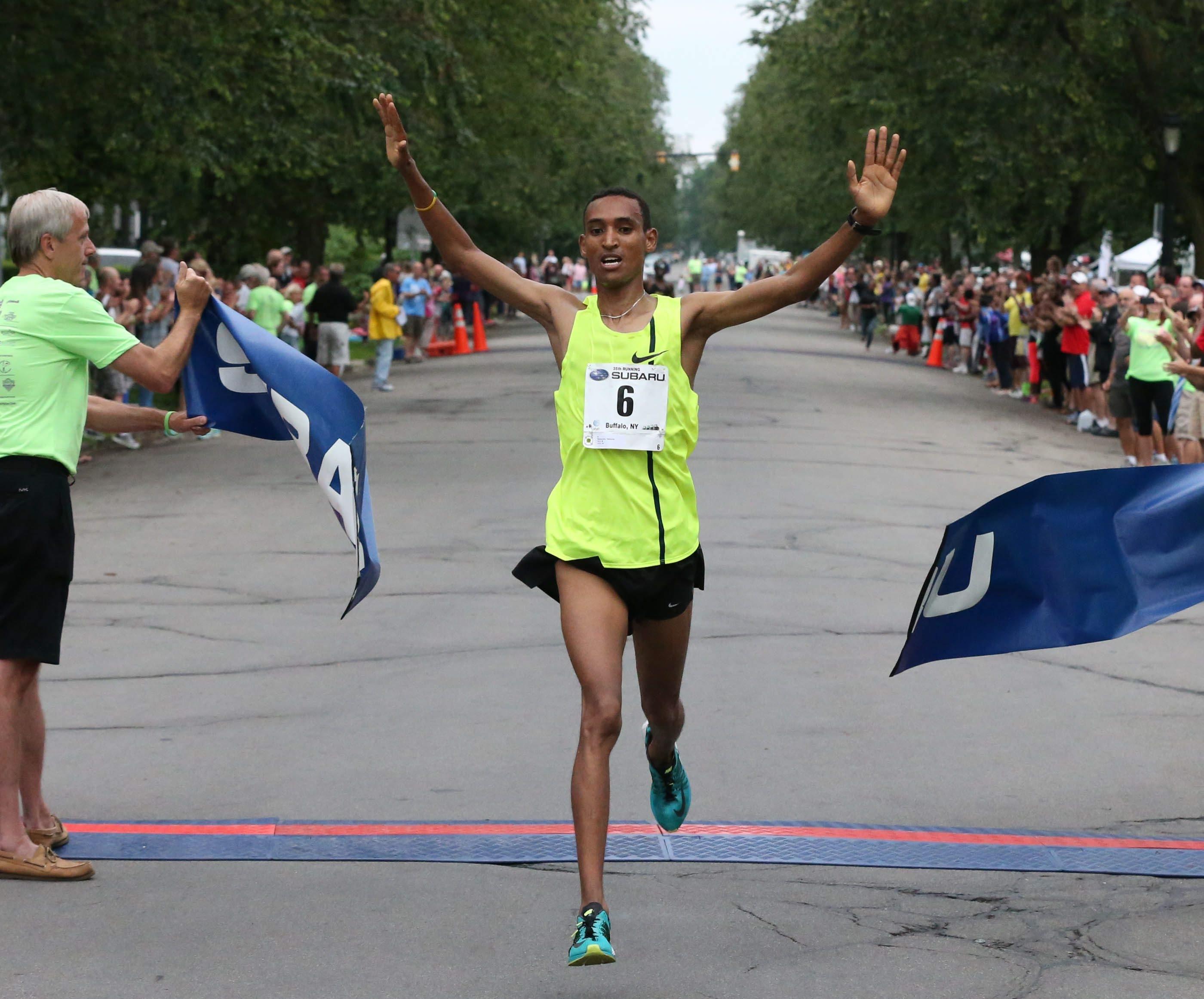 Teshome Mekeonen wins the 2015 Subaru Chase; more than 13,000 runners took part.
