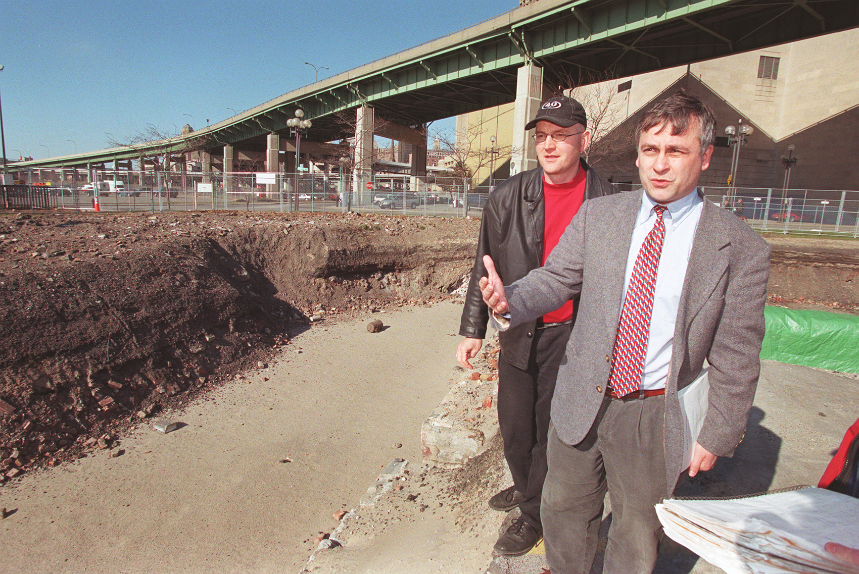 BY WIPPERT 3/31/00 ERIE COUNTY PRESERVATION COALITION EXECUTIVE DIRECTOR TIM TIELMAN, RIGHT, AND BOARD MEMBER SCOT FISHER (CQ) LOOK OVER THE CANAL SLIP FRIDAY FOLLOWING THE JUDGE'S RULING. ERIE CANAL HISTORIC TERMINUS DEVELOPMENT