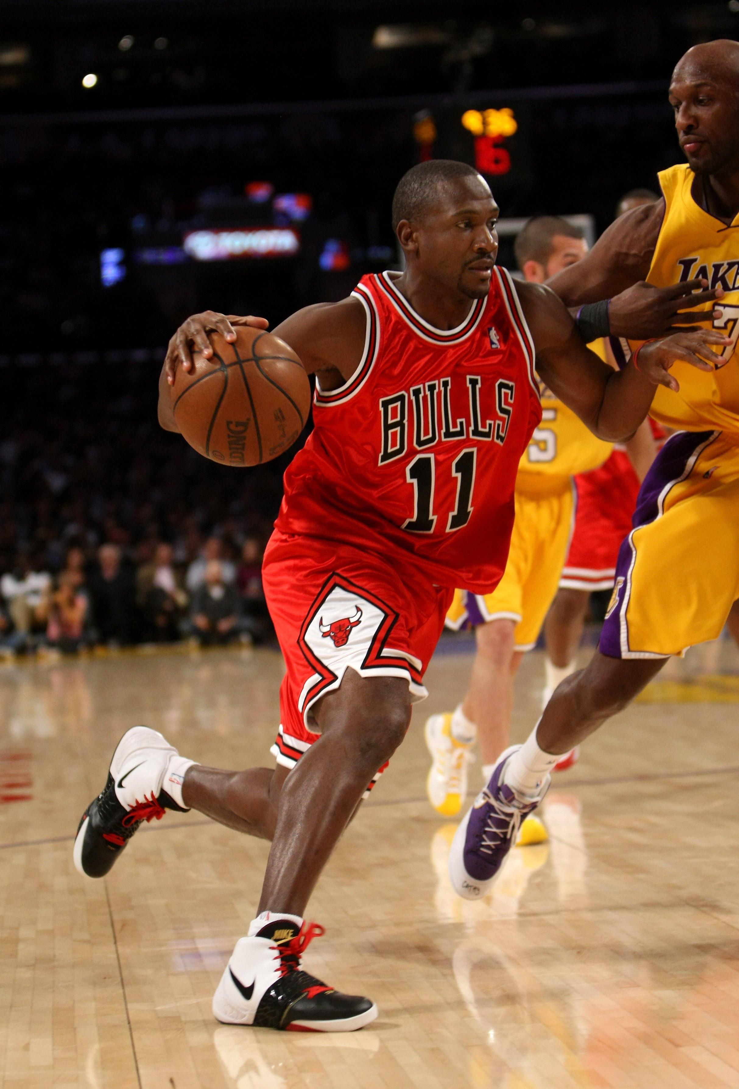 LOS ANGELES, CA - NOVEMBER 18: Lindsey Hunter #11 of the Chicago Bulls drives against Lamar Odom #7 of the Los Angeles Lakers on November 18, 2008 at Staples Center in Los Angeles, California. The Lakers won 116-109. NOTE TO USER: User expressly acknowledges and agrees that, by downloading and/or using this Photograph, user is consenting to the terms and conditions of the Getty Images License Agreement. (Photo by Stephen Dunn/Getty Images)