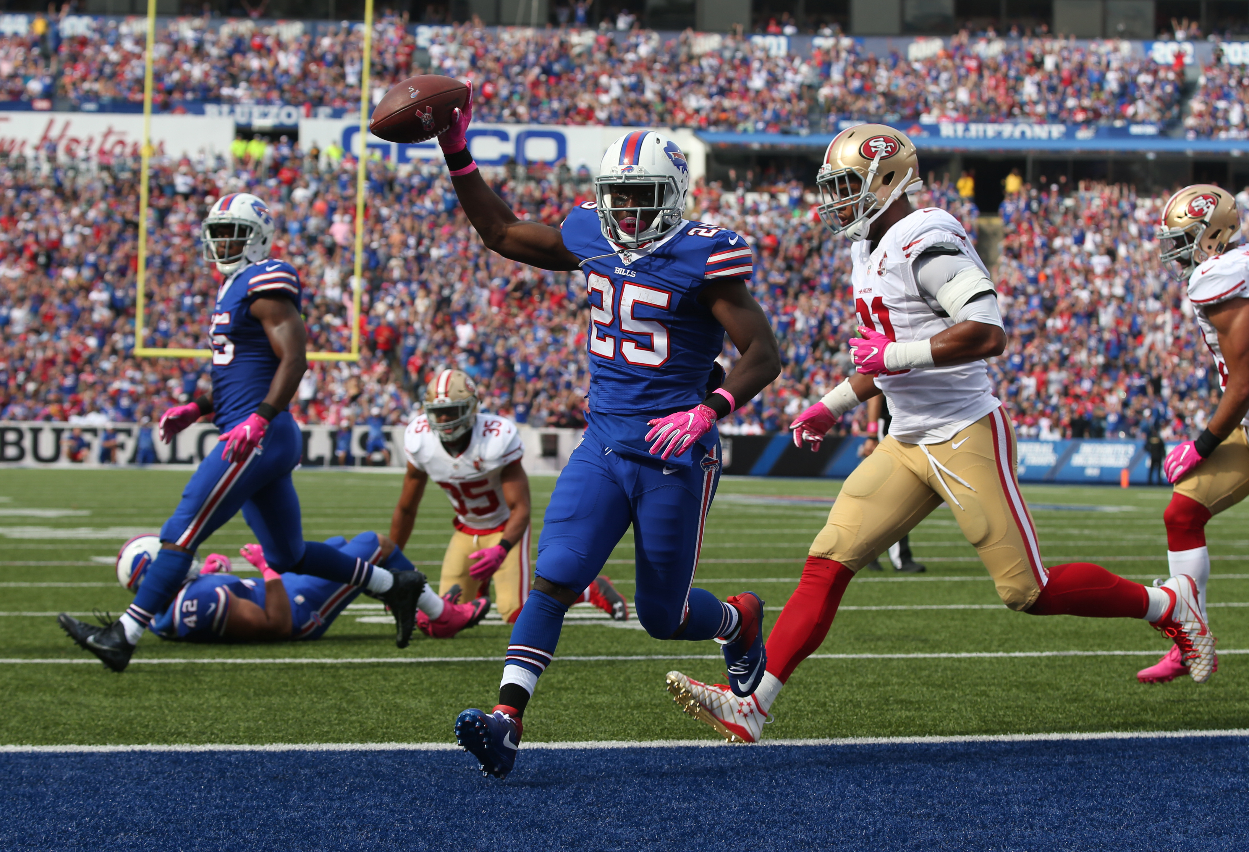 Buffalo Bills running back LeSean McCoy runs the ball into the end zone for a touchdown against the 49ers during the first quarter. (James P. McCoy/ Buffalo News)
