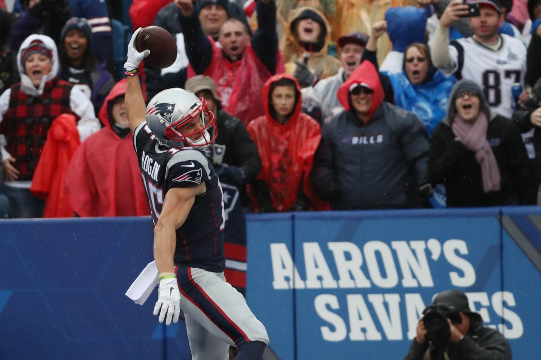 Brady Throws 4 TDs in Patriots 41-25 Win Over Buffalo Bills