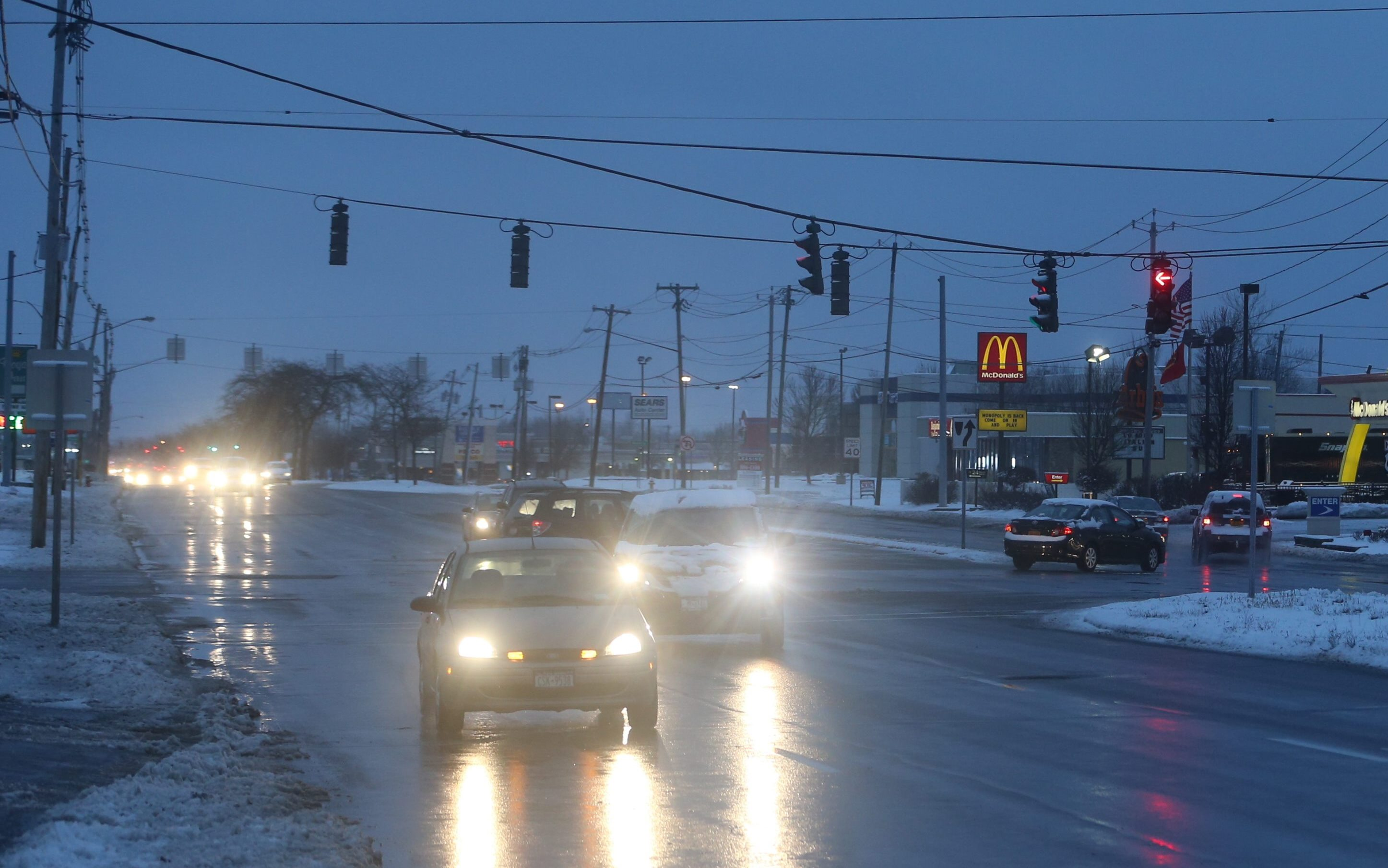 Commuters may experience slick roads from snow and freezing overnight Sunday. (John Hickey/Buffalo News)