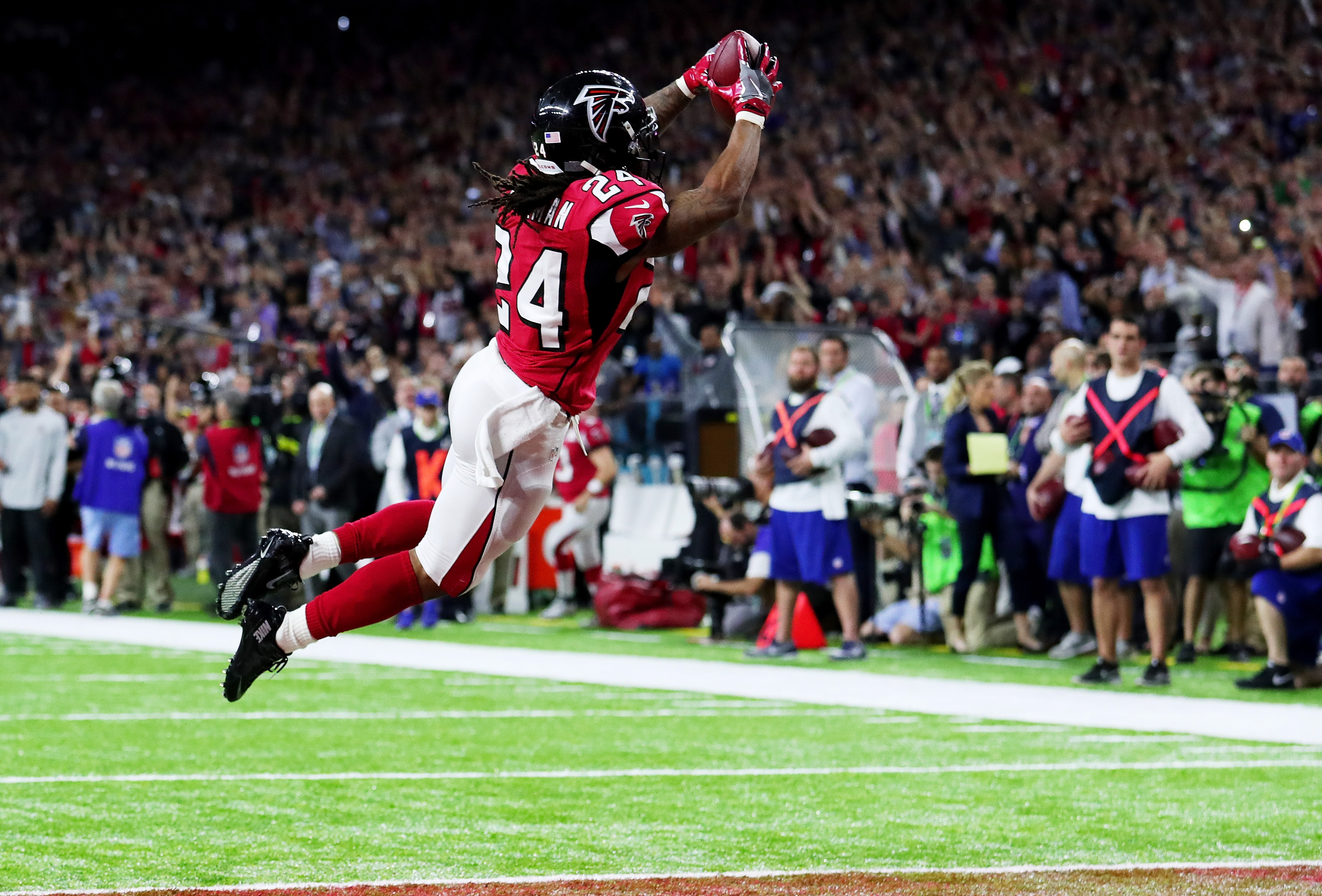 Atlanta Falcons running back Devonta Freeman dives over the goal line for a touchdown in the second quarter of Super Bowl LI. (Getty Images)