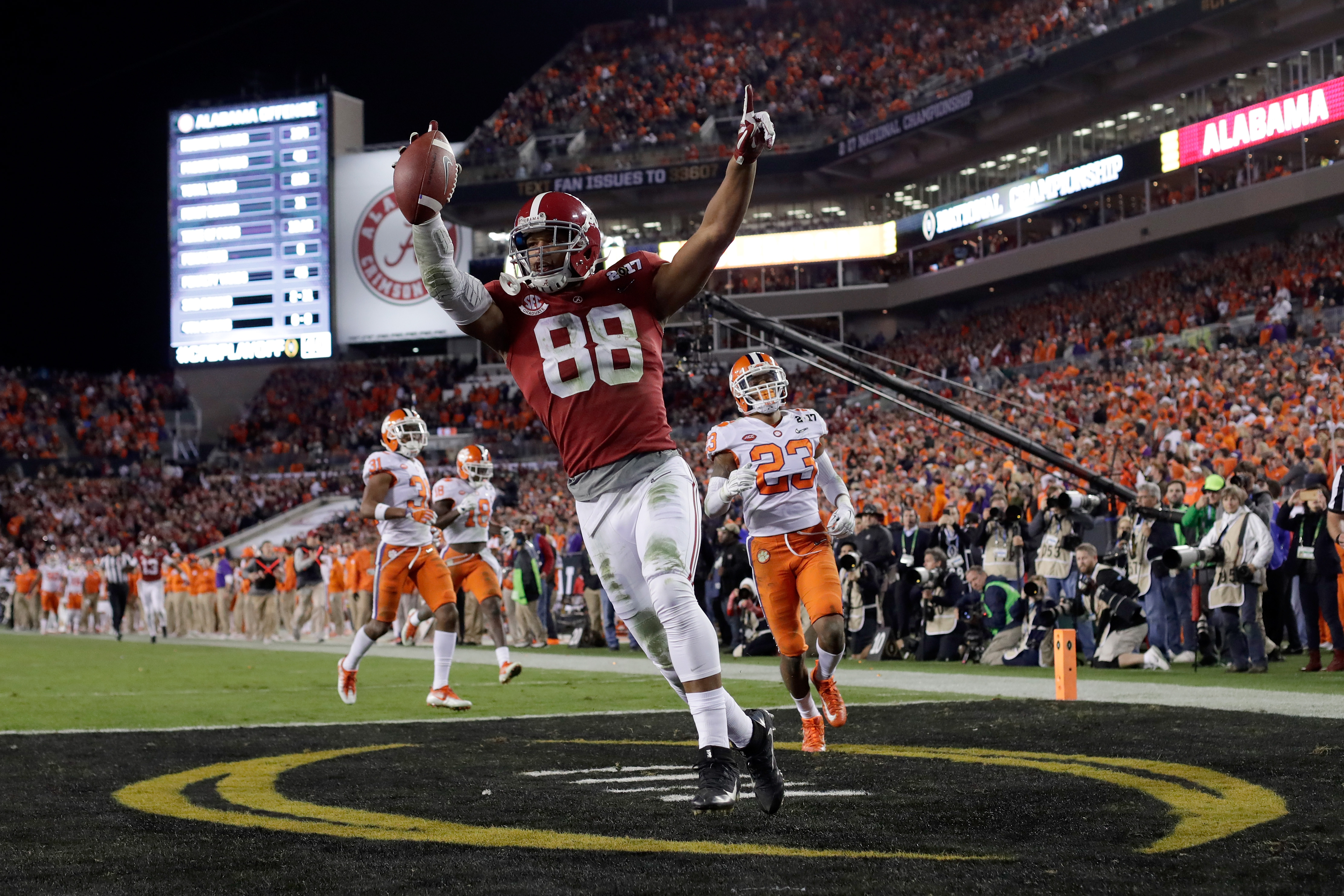 O.J. Howard is the rare tight end prospect who can excel as both a blocker and pass-catcher. (Getty Images)