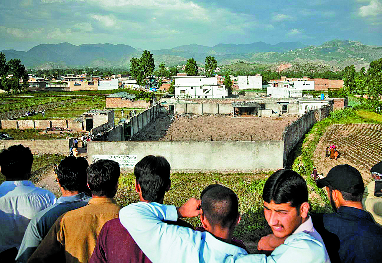 People look into the compound where Osama bin Laden was killed in Abbottabad, Pakistan, May 4, 2011. (Warrick Page/The New York Times)