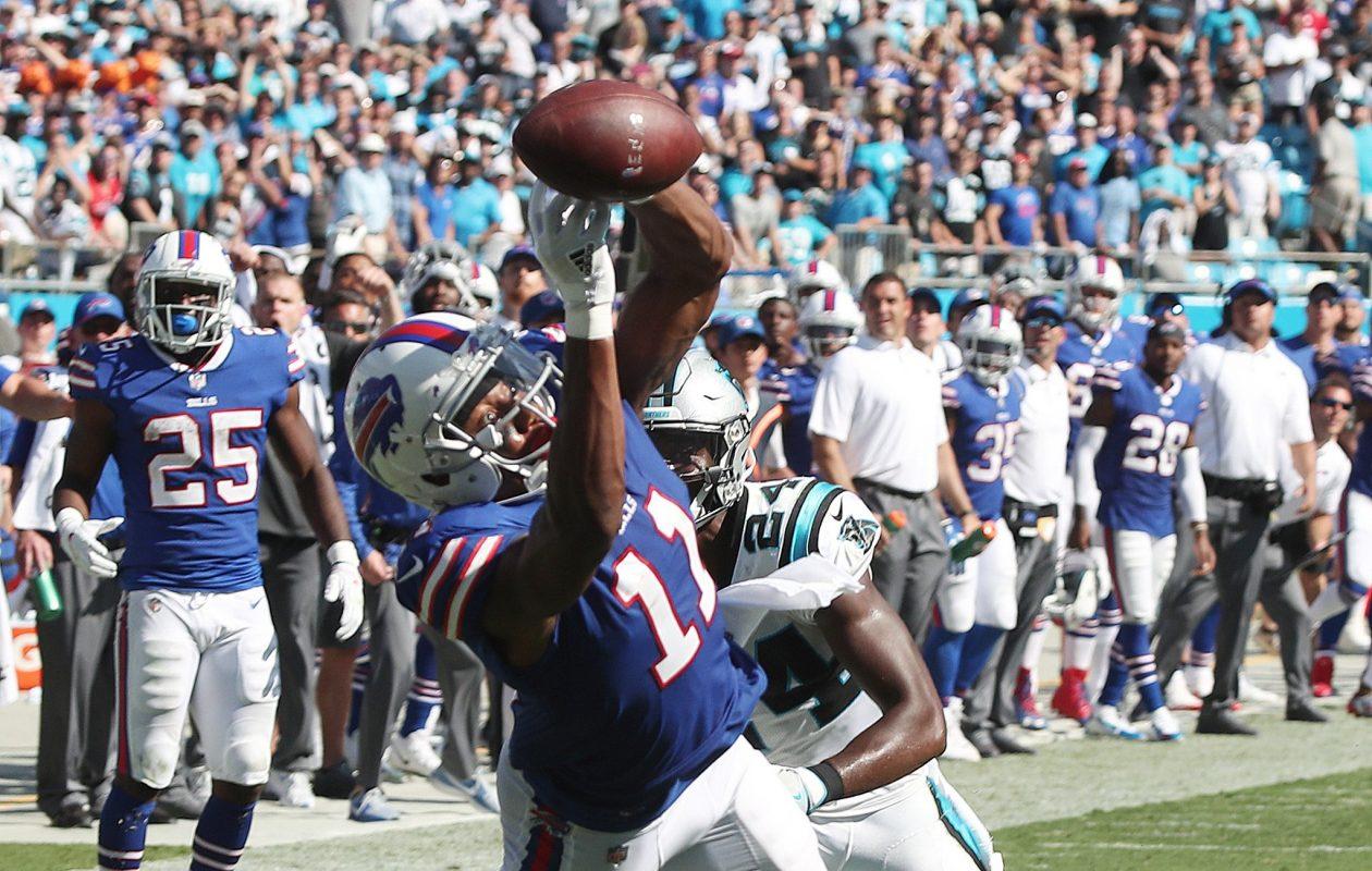 Zay Jones nearly makes a big catch in the final seconds. (James P. McCoy/Buffalo News)