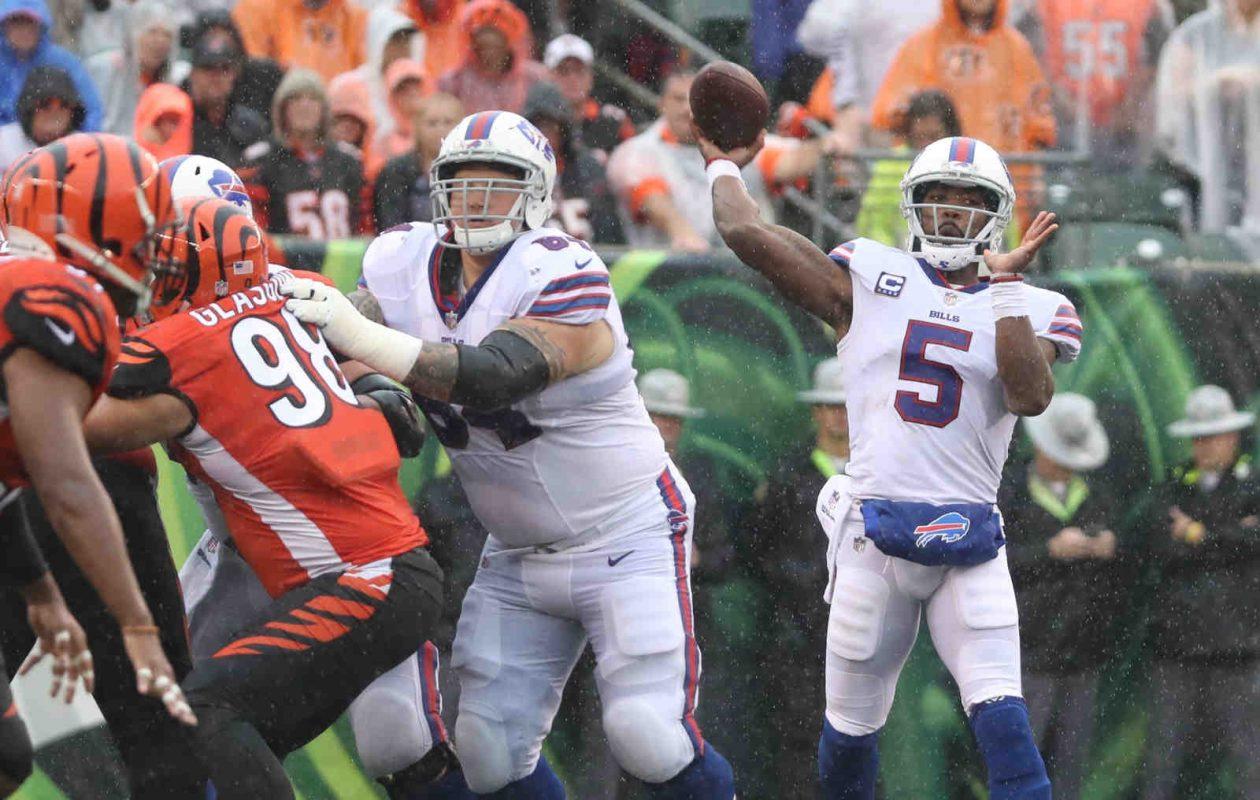 Tyrod Taylor throws a pass against the Cincinnati Bengals (James P. McCoy/Buffalo News)