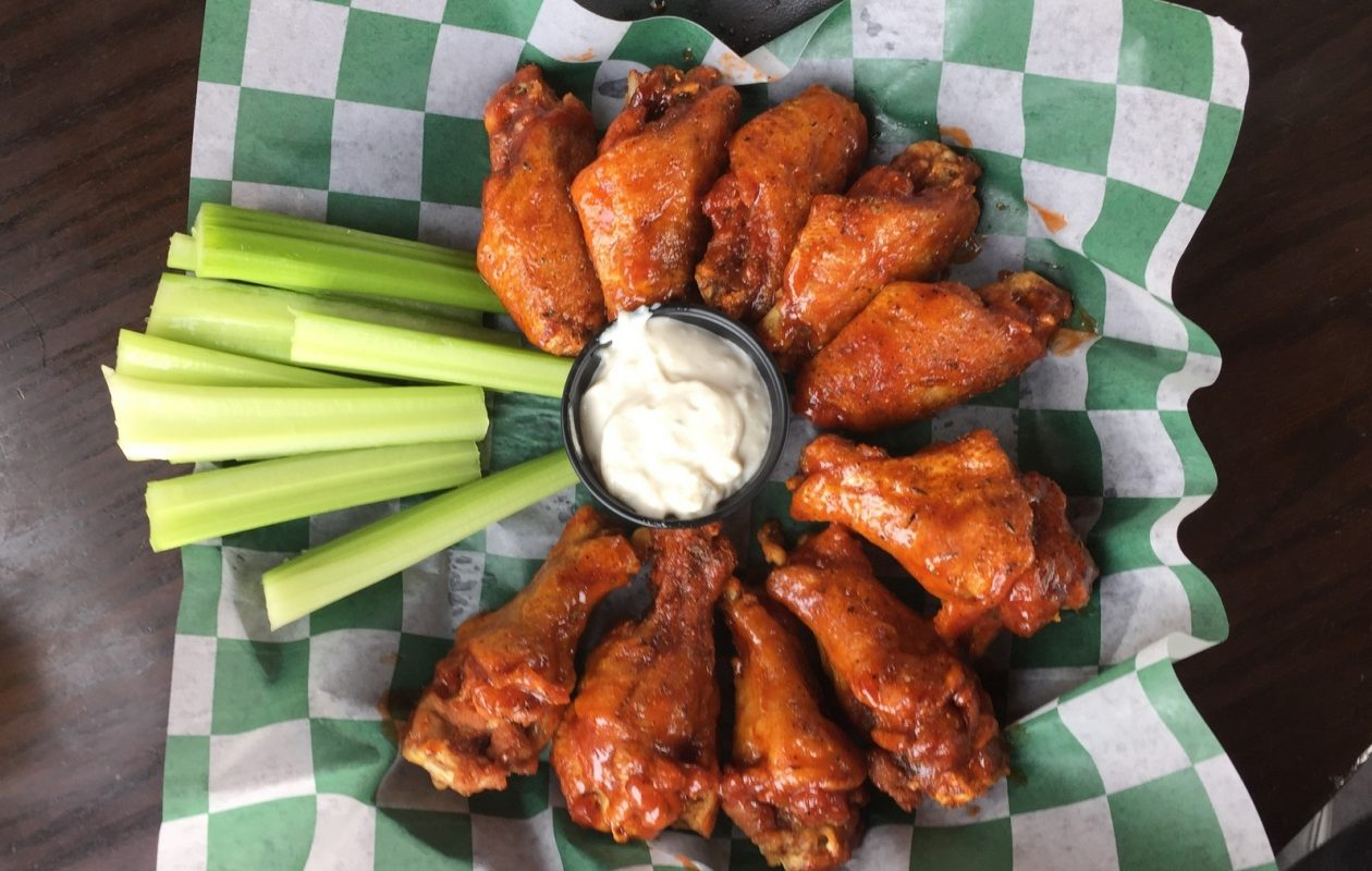 Alton Brown hit up Bar Bill for wings when he was in town. (Andrew Galarneau/News file photo)