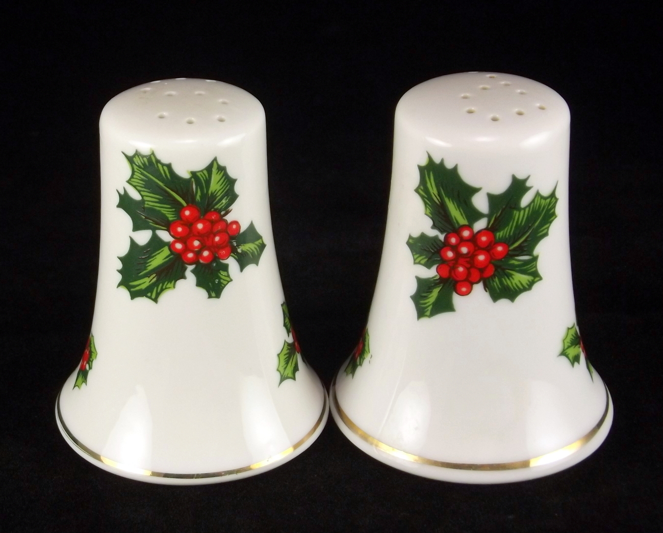 Lefton_holly_berry_porcelain_salt_pepper_set_1