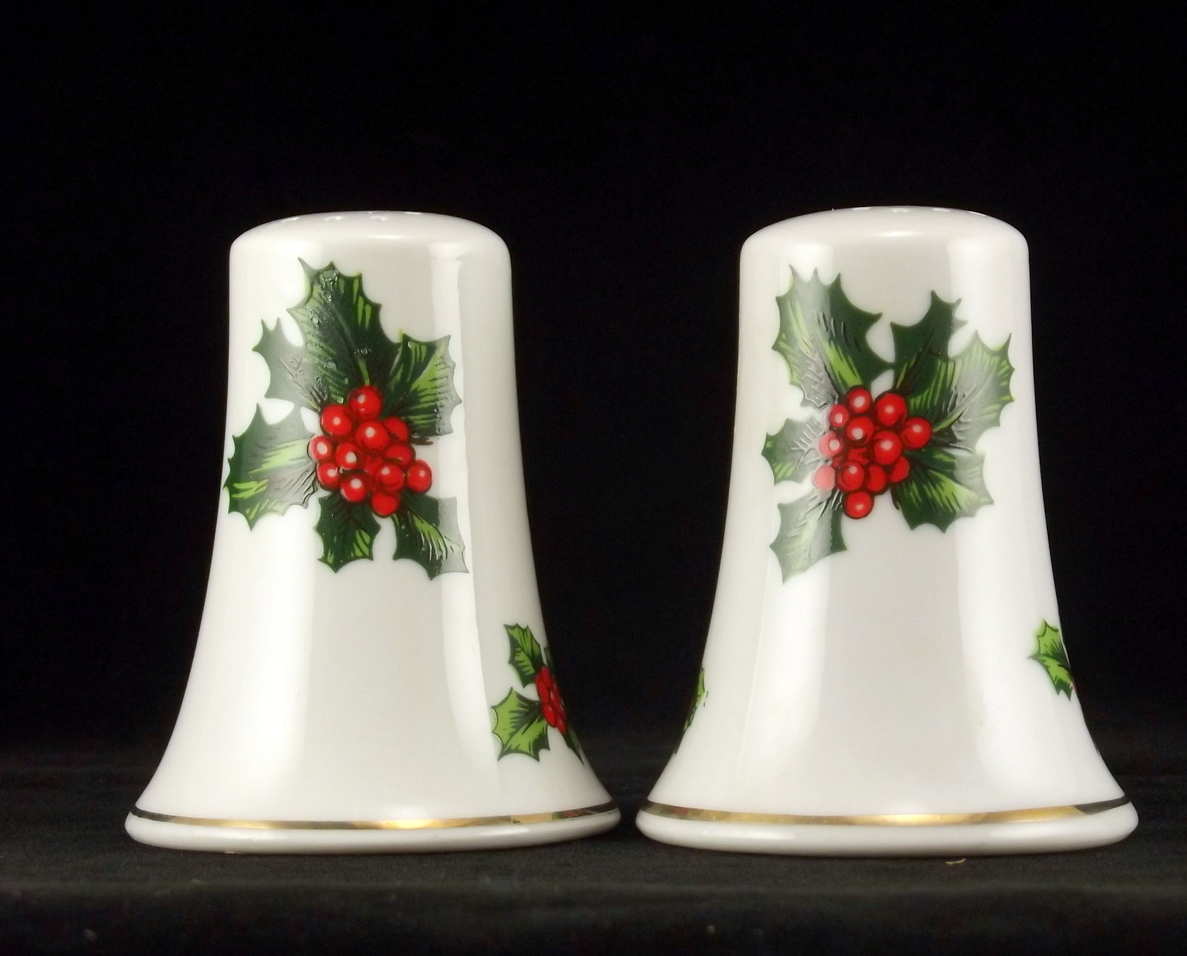 Lefton_holly_berry_porcelain_salt_pepper_set_3