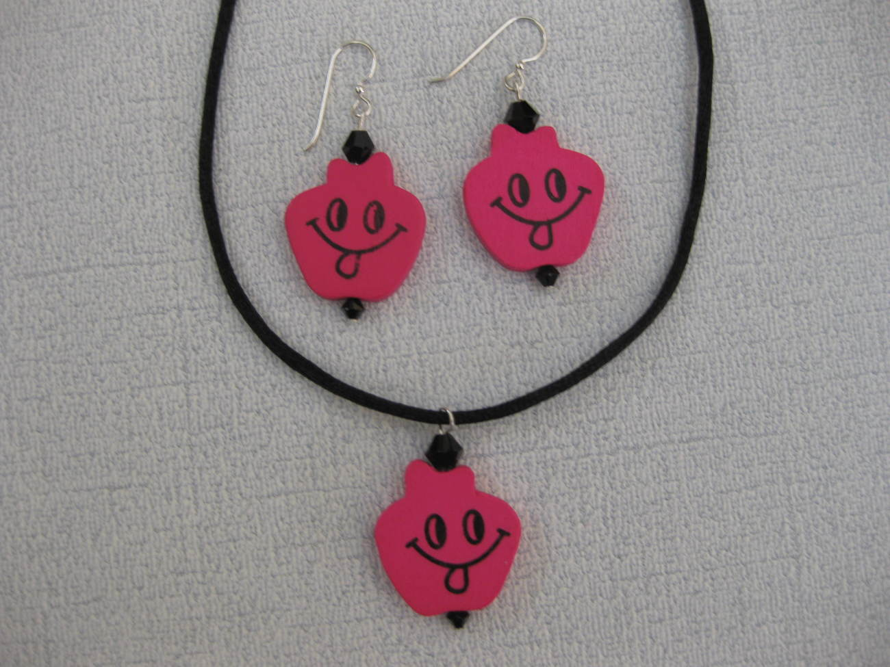 Happy_face_pink_wood_pendant_set