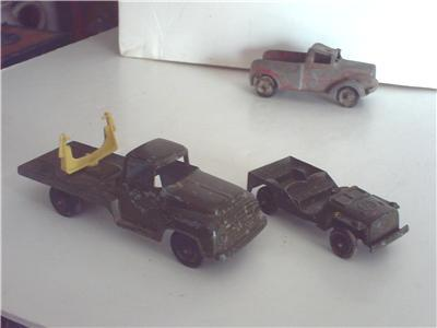 TOOTSIETOY VINTAGE ARMY SEARCH LIGHT TRUCK AND JEEP