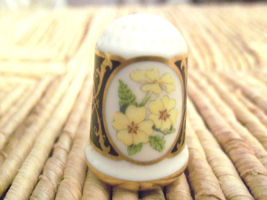 1982 Franklin Mint Porcelain Flower Thimble PRI... - $15.00